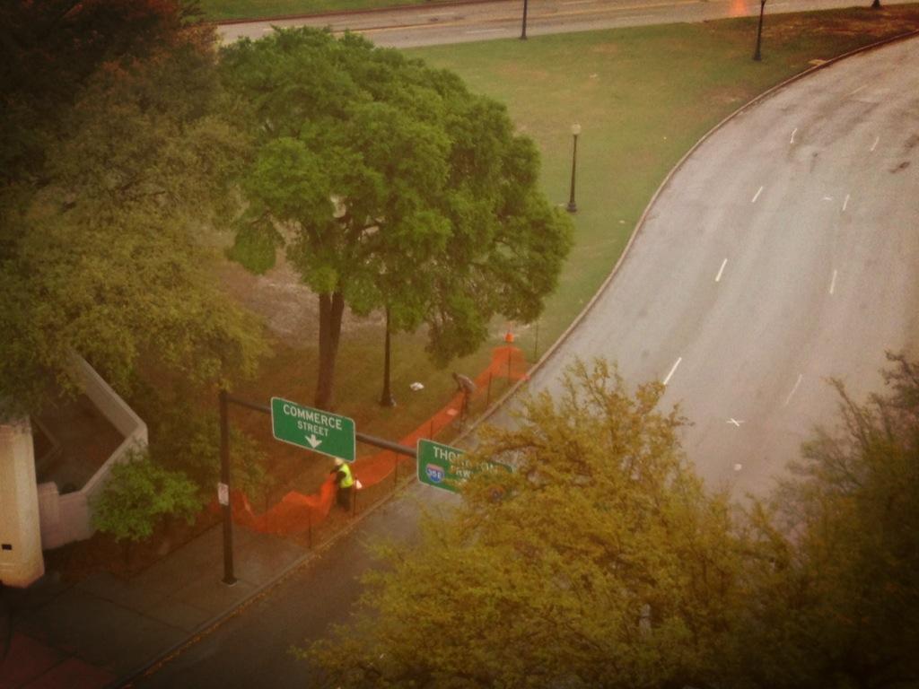 Da qui Oswald sparo' a JFK, la X sulla strada indica il punto in cui fu colpito...