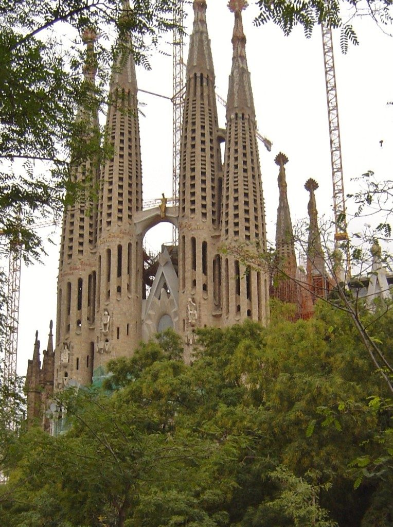 La facciata della Passione, vista da Placa de La Sagrada Familia...