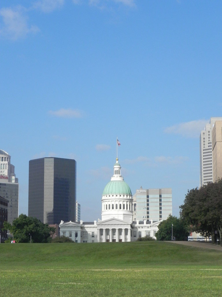 St. Louis vista dal Mississippi, in fondo la Old Courthouse.