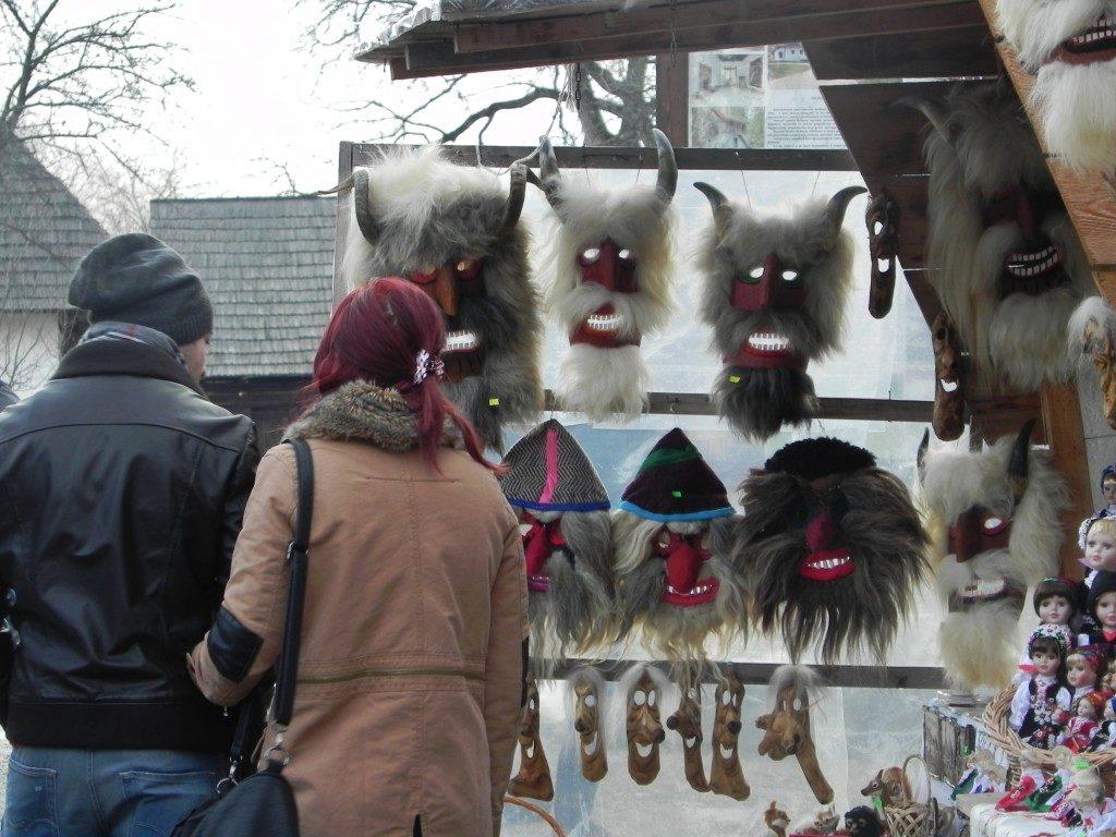 Maschere demoniache che ricordano la tradizione dei vampiri in Romania... nel mercato di Bran