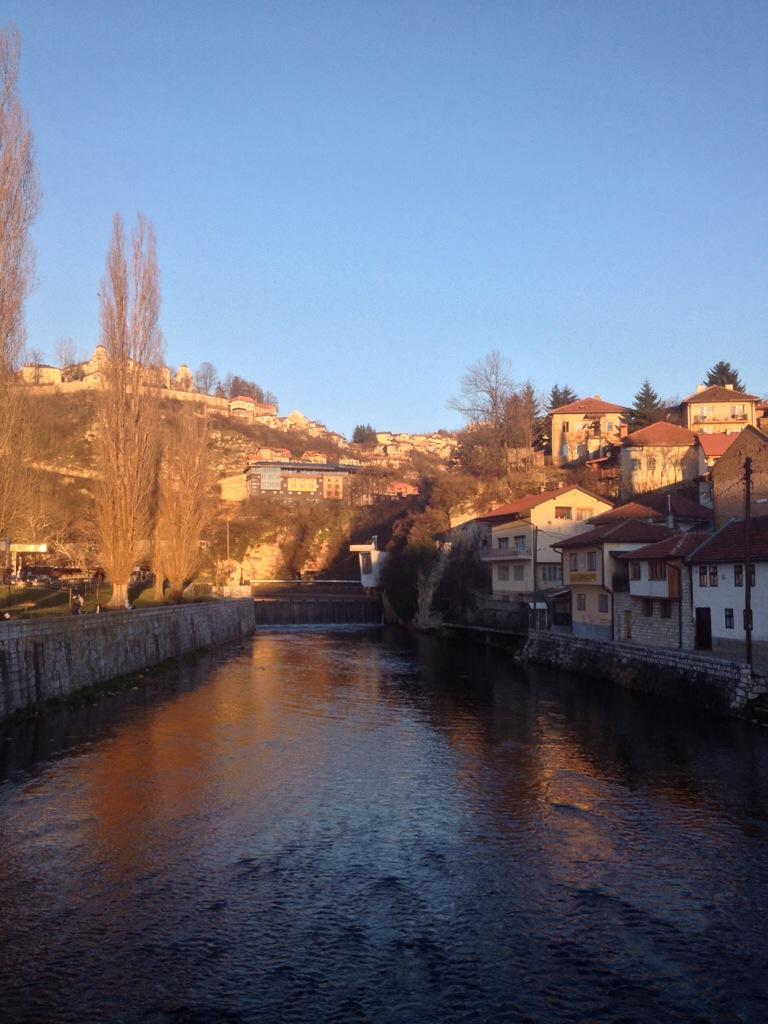 Tramonto sulla Miljacka e sulla collina di Vratnik
