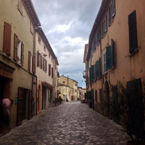 la via principale del borgo