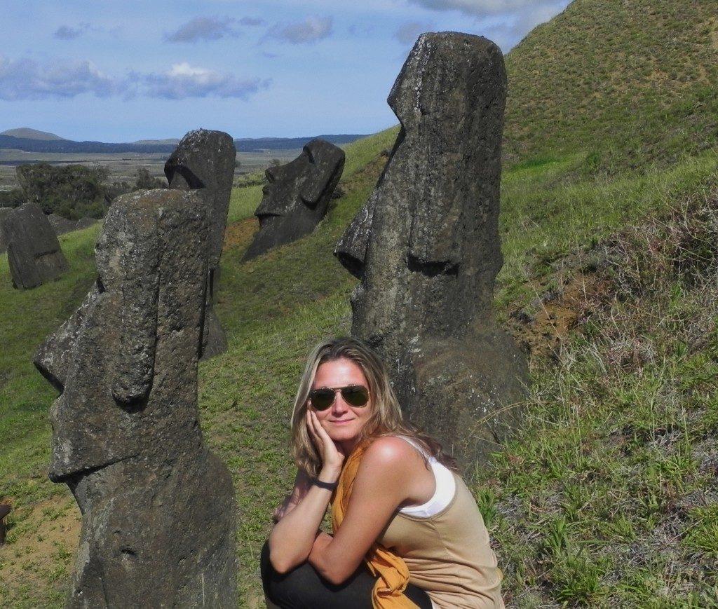 Tra i maestosi Moai di Rano Raraku