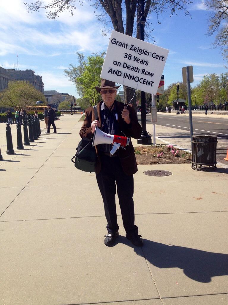 Un manifestante davanti la Supreme Court