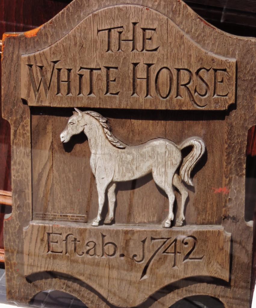 Una vecchia insegna della White Horse Tavern...