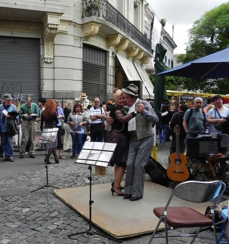 Vecchi tangueri si esibiscono per le strade di Buenos Aires
