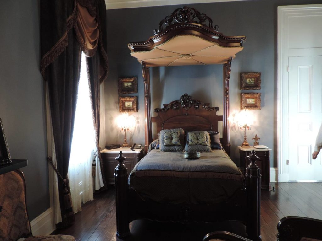 What to visit in Louisiana: the main room of Nottoway where it's possible to stay overnight