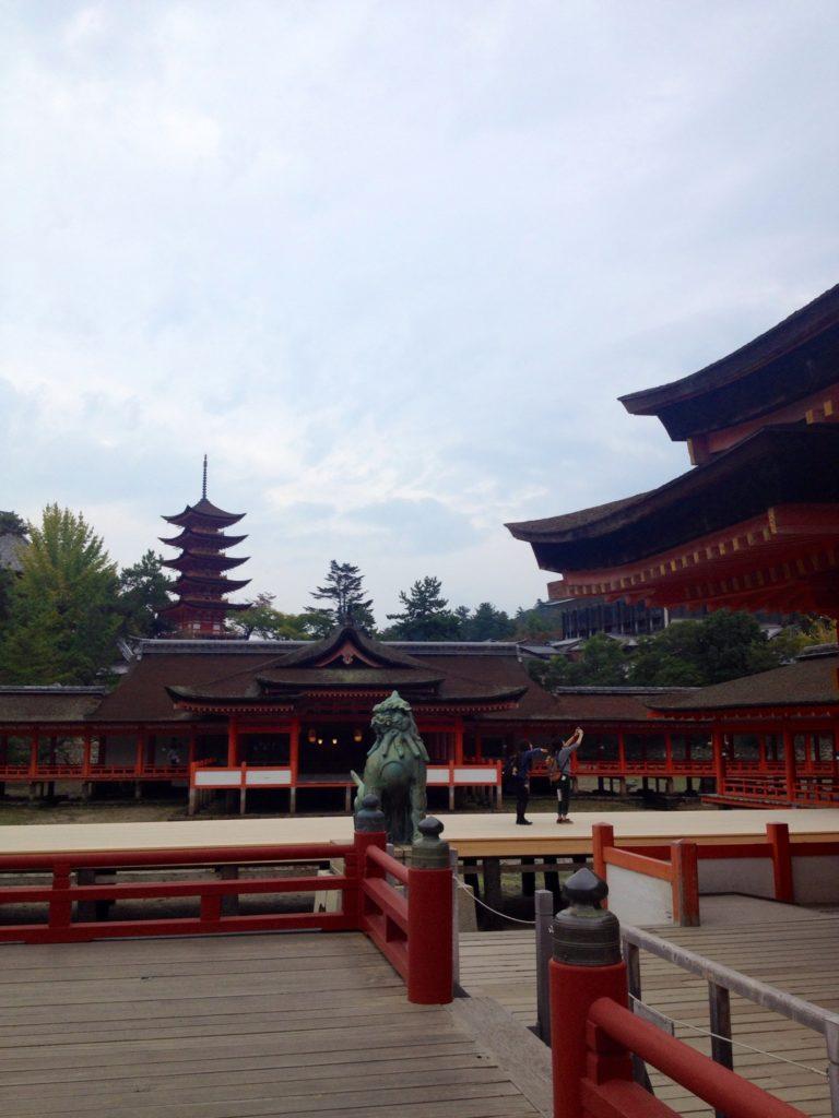 Il Santuario Itsukushima e la Pagoda Tahoto sullo sfondo