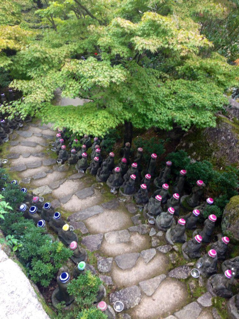 """I piccoli Buddha che """"accompagnano"""" il percorso per il Santuario di Hokoku"""