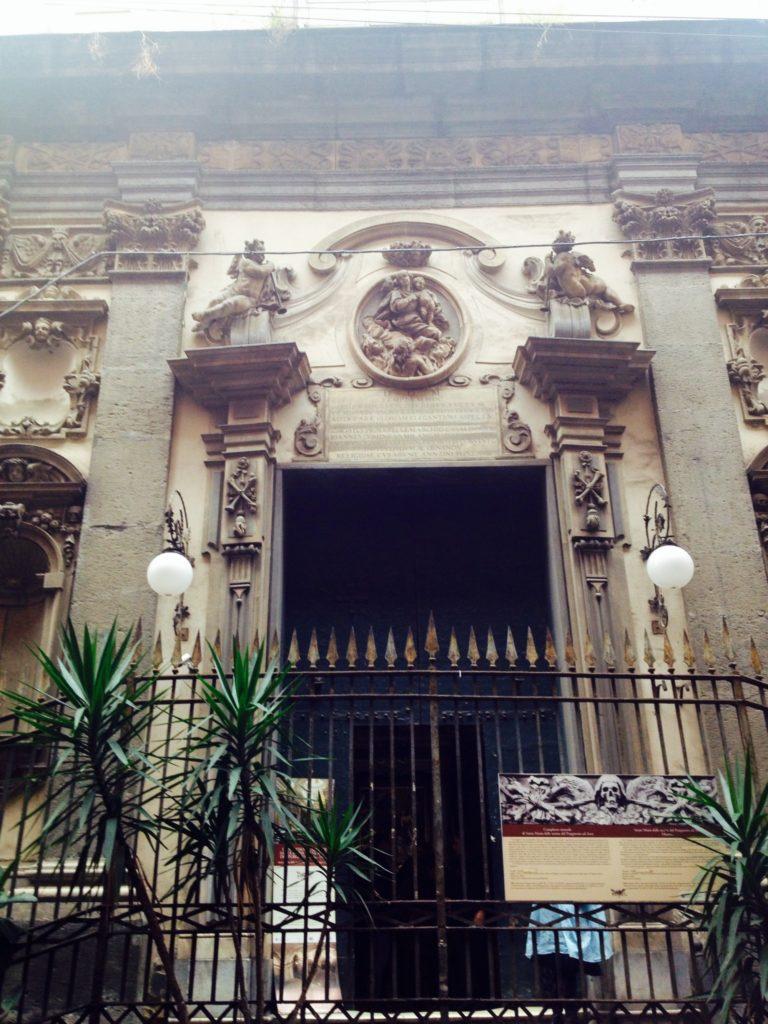 Santa Maria delle Anime del Purgatorio, l'ingresso