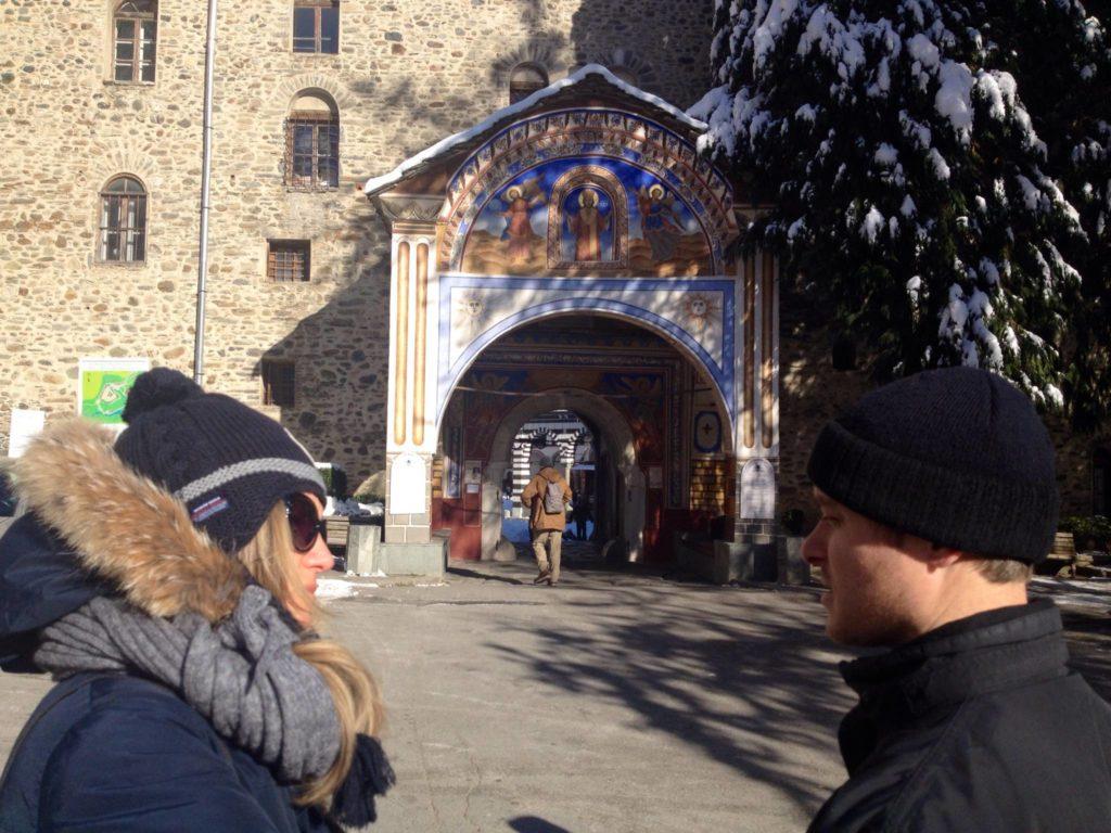 Simeon mi racconta storia e leggende del Monastero di Rila. Dietro di noi, l'ingresso