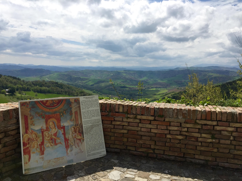 Mondaino, Balcone Rinascimentale, ripreso nella Madonna del Latte del 1480