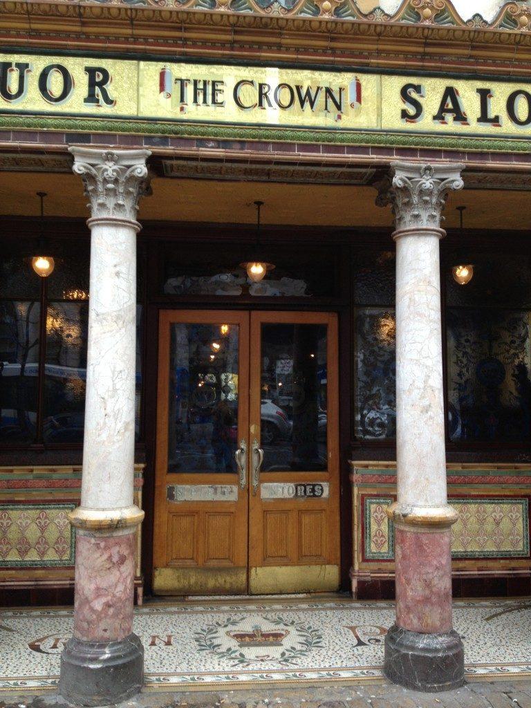 Il Crown Liquor saloon e la sua %22corona%22 sul pavimento!