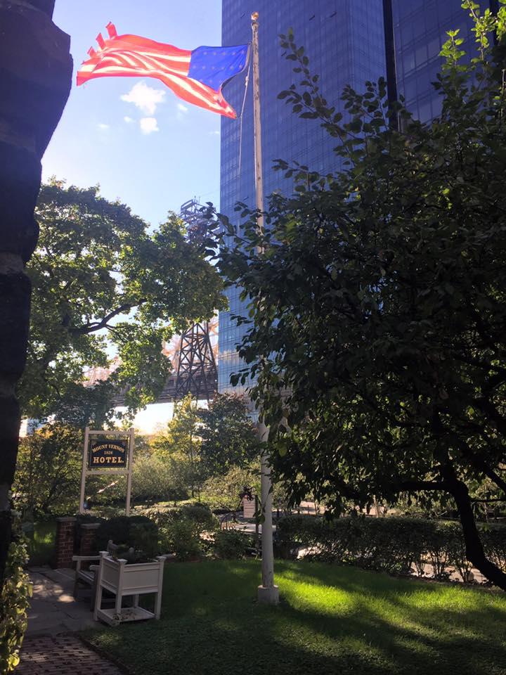 Racconti di viaggio: scoprire il Mount Vernon Hotel, la vista dal giardino verso il Queensboro Bridge