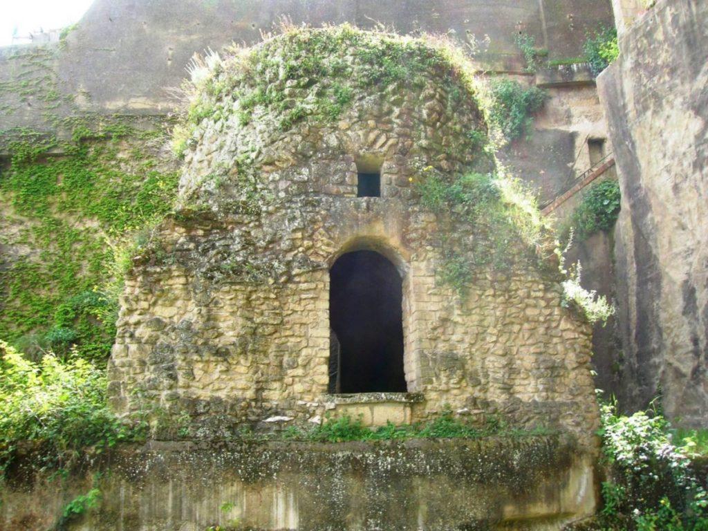 "Napoli insolita: la tomba del ""mago"" Virgilio"