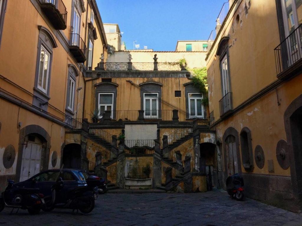 Napoli insolita: gli atri degli antichi palazzi del centro storico