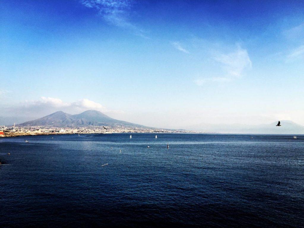 """Napoli insolita: il golfo, """"dove mare e cielo sembrano congiungersi"""""""