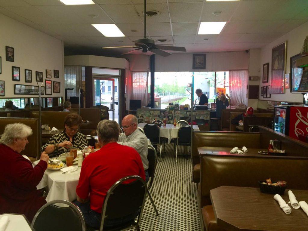Mayflower Cafe, l'interno. Il secondo tavolo a destra é quello di Skeeter e Stuart