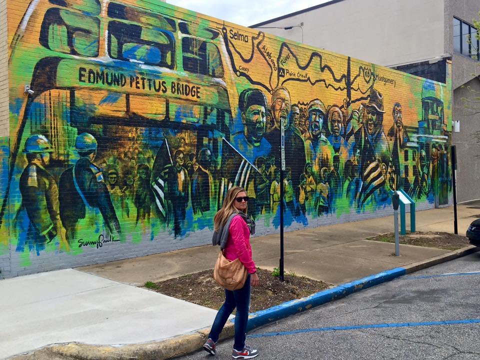 Visitare Montgomery: Murales dedicato alla marcia da Selma a Montgomery nei pressi del Rosa Parks Museum
