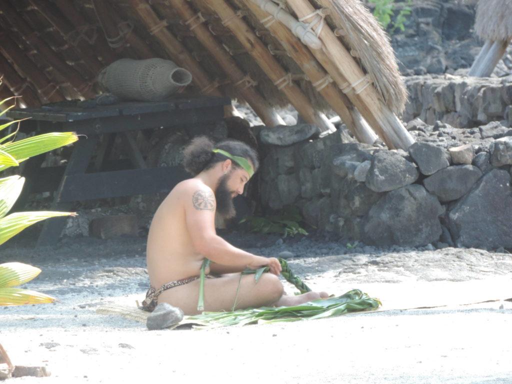 Un fedele attende ai riti sari nel centro cerimoniale