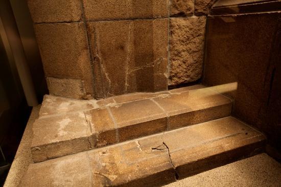 Hirsoshima Peace Memorial Museum. L'ombra sulle scale, tutto ciò che rimane