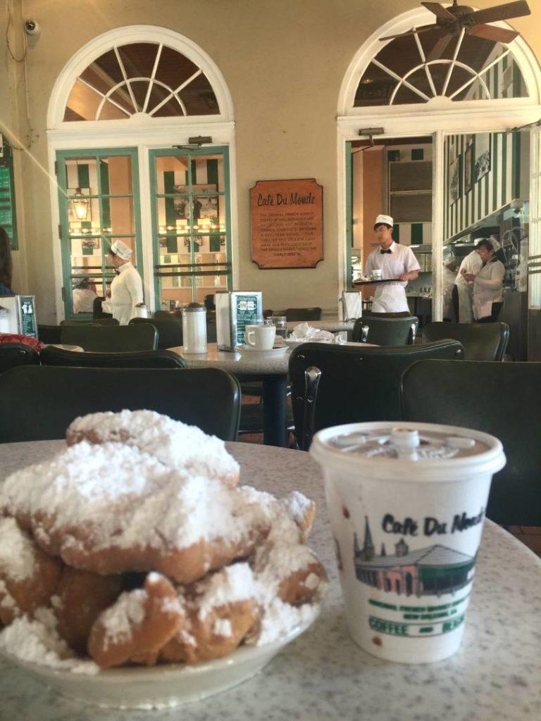 Discover New Orleans: beignets e cafè au lait at Café du Monde