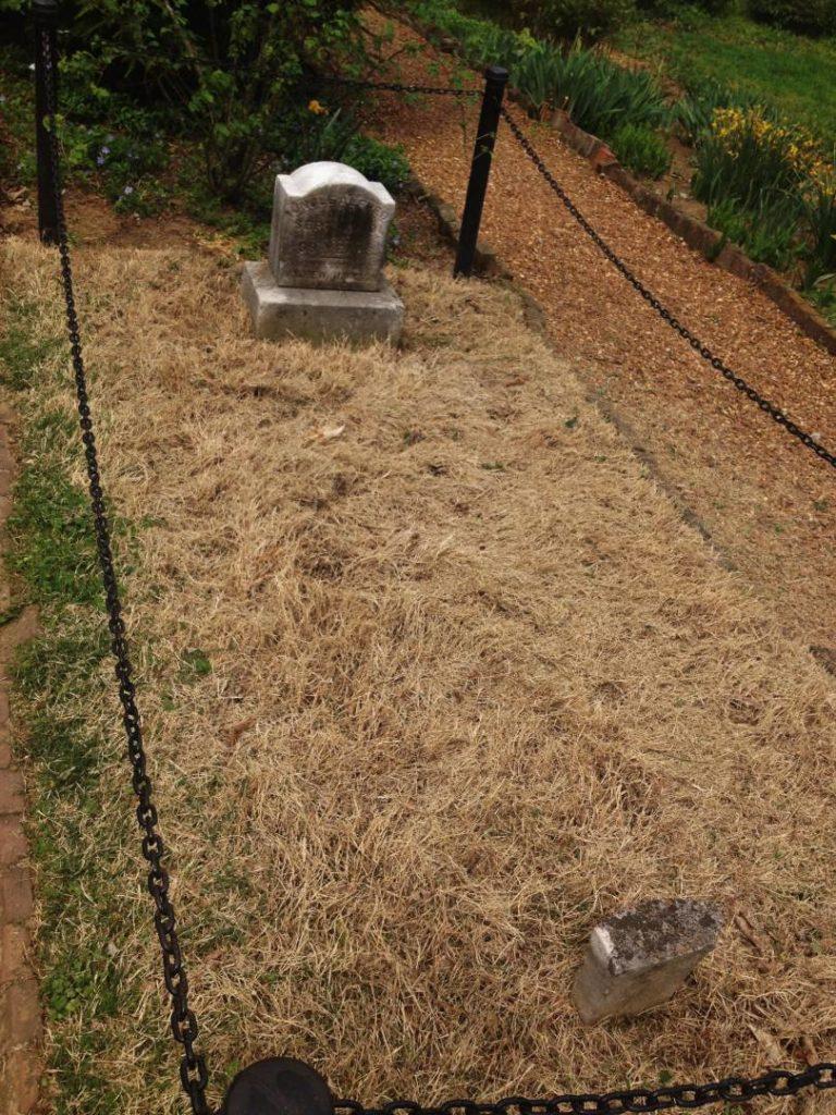 La tomba di Alfred, accanto a quella di Jackson