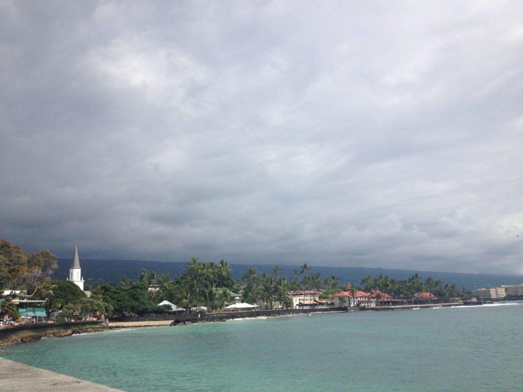 Kailua Kona e sullo sondo il campanile della chiesa di Mokuaikaua